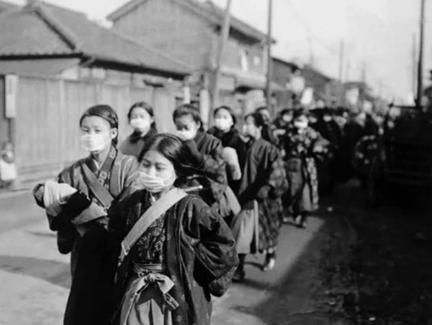 Японские школьницы надевают защитные маски для защиты от вспышки гриппа