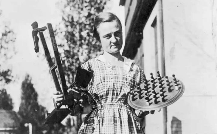 Американская девочка делает игрушки для беженцев, 1918 год