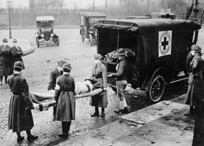 Члены мотокорпуса Красного Креста, дежурившие во время эпидемии гриппа в Соединенных Штатах Америки, в Сент-Луисе, штат Миссури, в октябре 1918 года