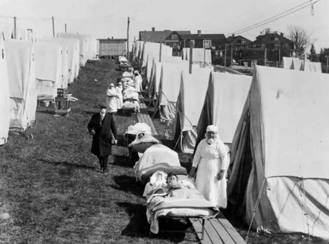Больница скорой помощи, созданная в Бруклине, штат Массачусетс, для оказания помощи больным гриппом, сфотографирована в октябре 1918 года