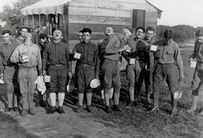 Солдаты полоскают соленой водой горло для профилактики гриппа 24 сентября 1918 года в лагере Дикс в Нью-Джерси