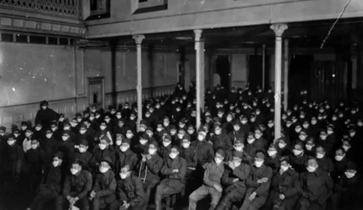 Выздоравливающие солдаты в масках смотрят фильм