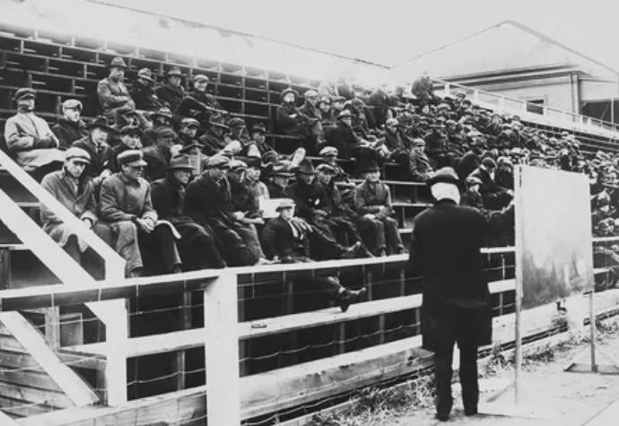 Класс физики, Университет Монтаны, штат Миссула, 1919 год. Во время эпидемии гриппа занятия проводились на открытом воздухе