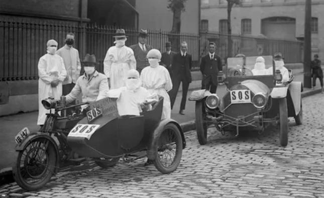 В Сиднее, Австралия, медсестры покидают станцию скорой помощи Блэкфрайерс в Чиппендейле во время эпидемии гриппа в апреле 1919 года