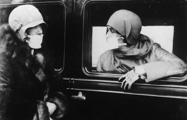 """Две женщины в противогриппозных масках во время эпидемии гриппа """"испанка"""""""