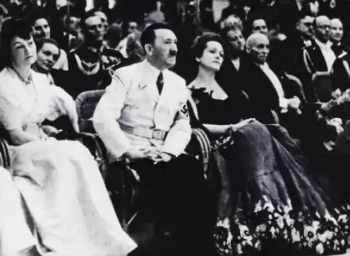 Гитлер, Чехова, театр