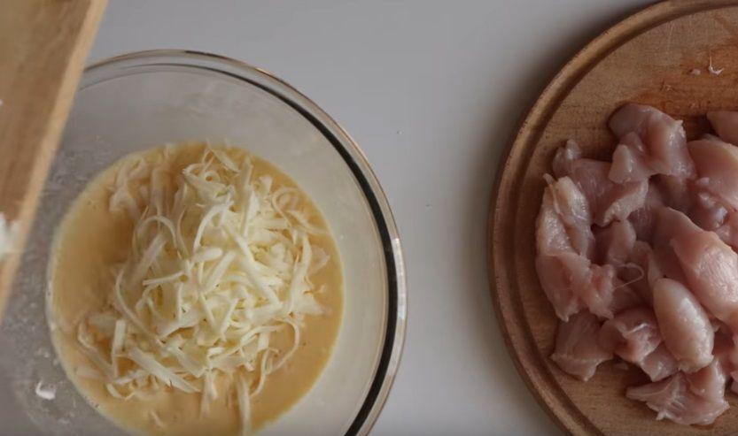 Смесь из сметаны, сыра и яиц готова